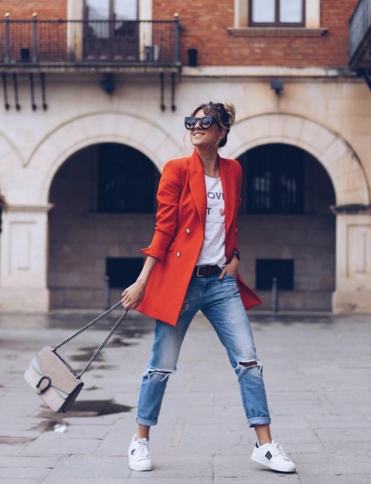 calça-jeans-camiseta-blazer-vermelho-e-tenis