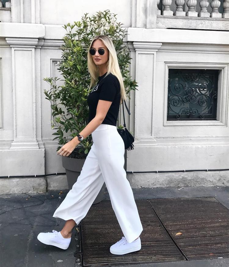 calça-pantacourt-branca-camiseta-preta-e-tenis