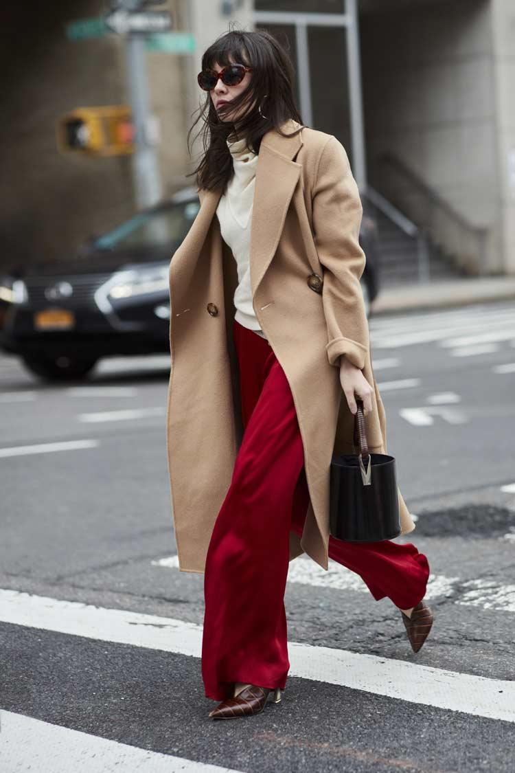 calça-vermelha-blusa-branca-e-casaco-bege