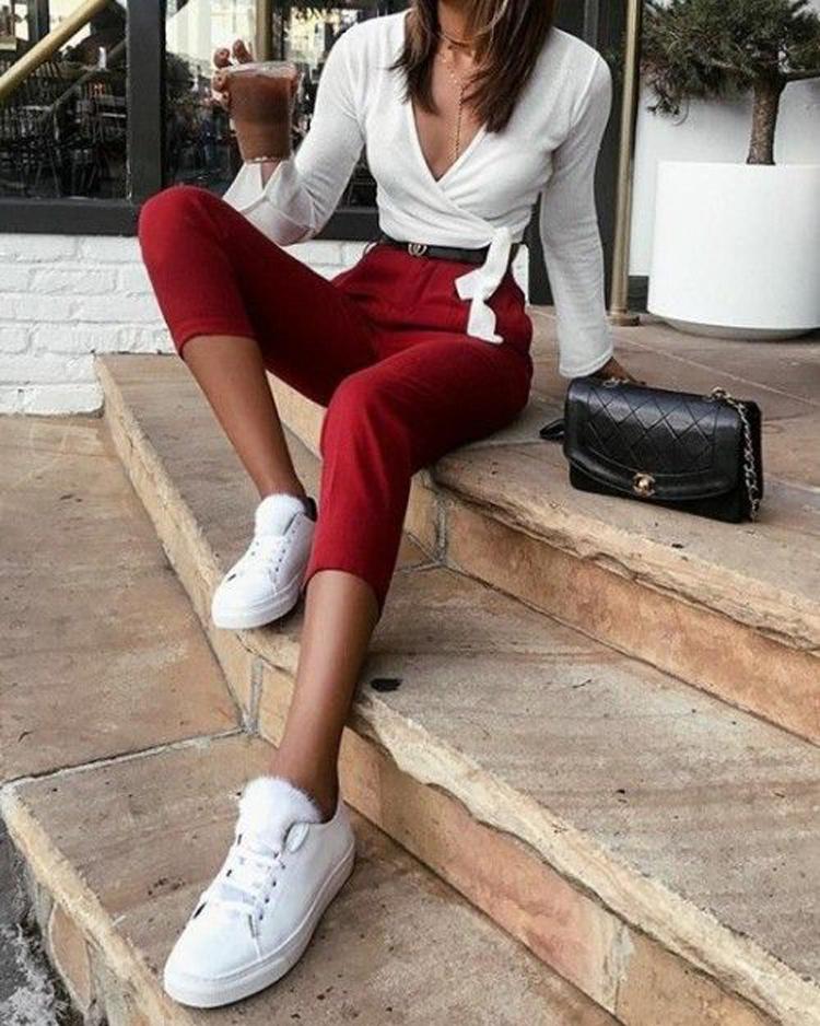 calça-vermelha-blusa-branca-e-tenis-branco