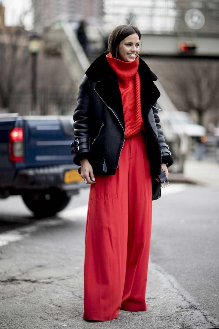 calça-vermelha-blusa-vermelha-e-jaqueta-preta