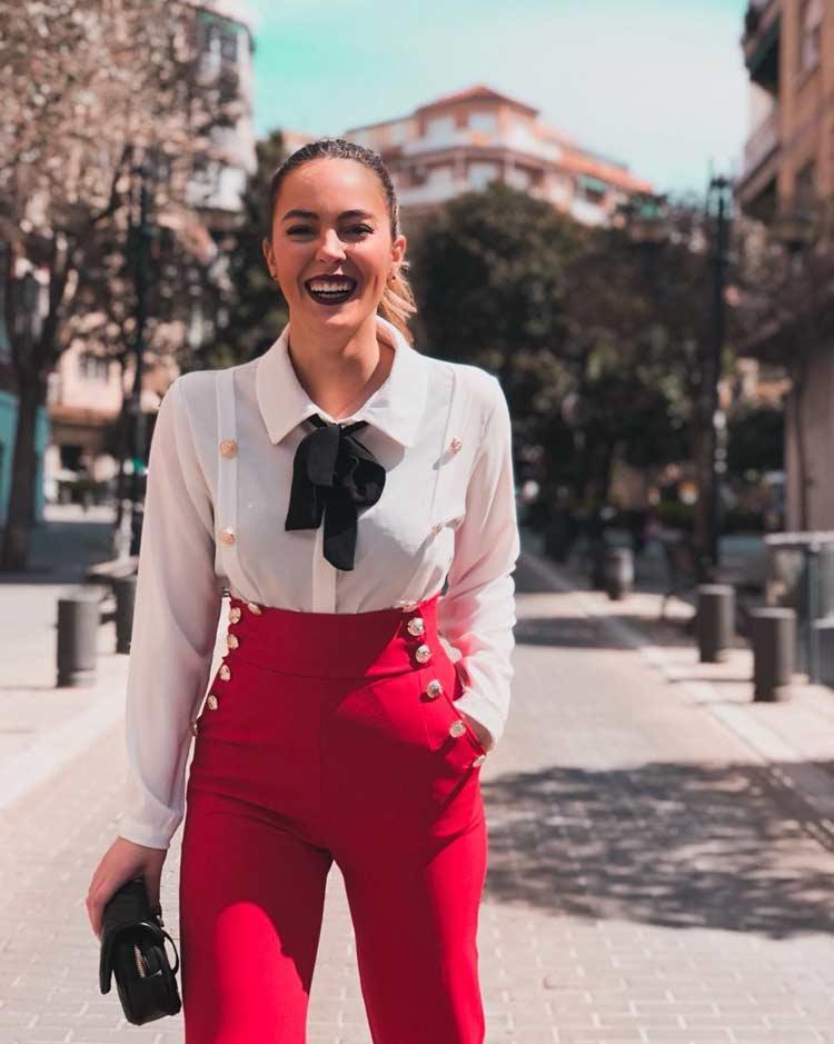 calça-vermelha-cintura-alta-e-camisa-branca-com-lenço-preto-na-gola