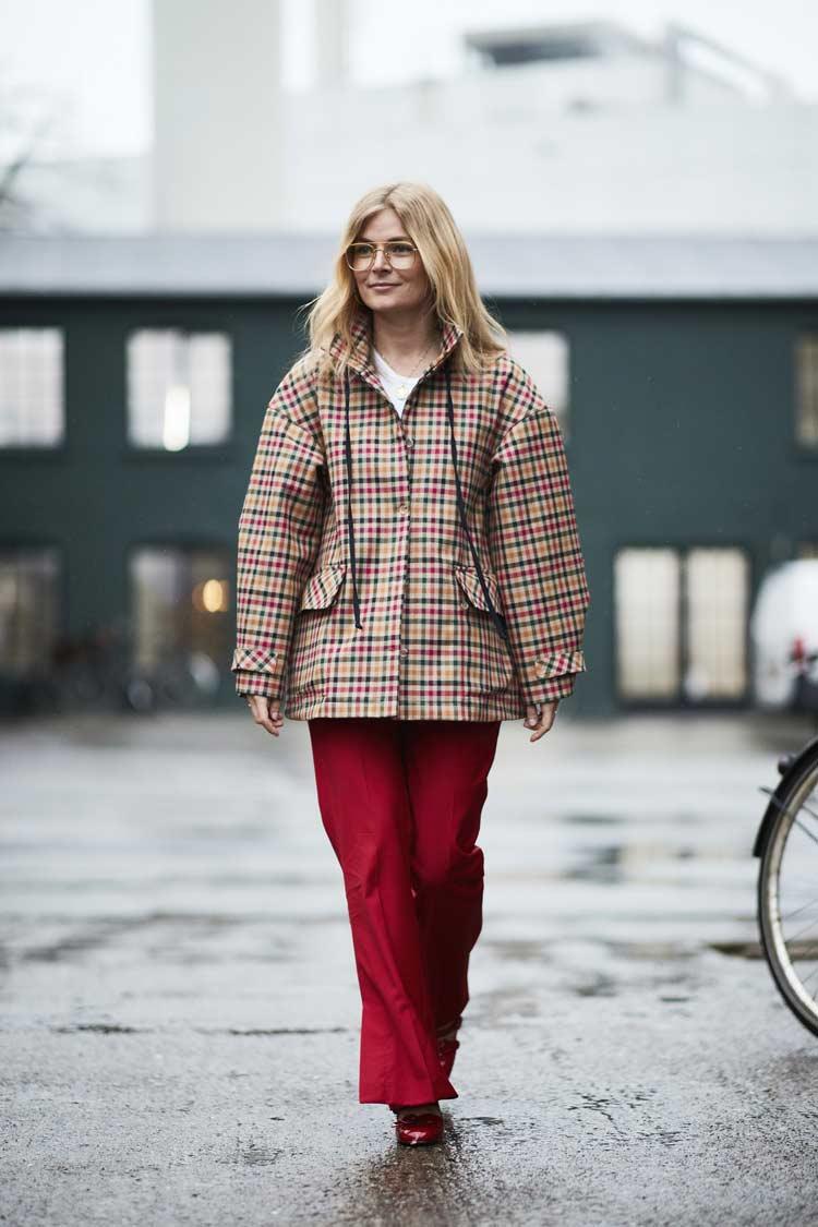 calça-vermelha-e-casaco-colorido-xadrez