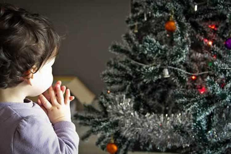 decorar-arvore-de-natal-com-crianças