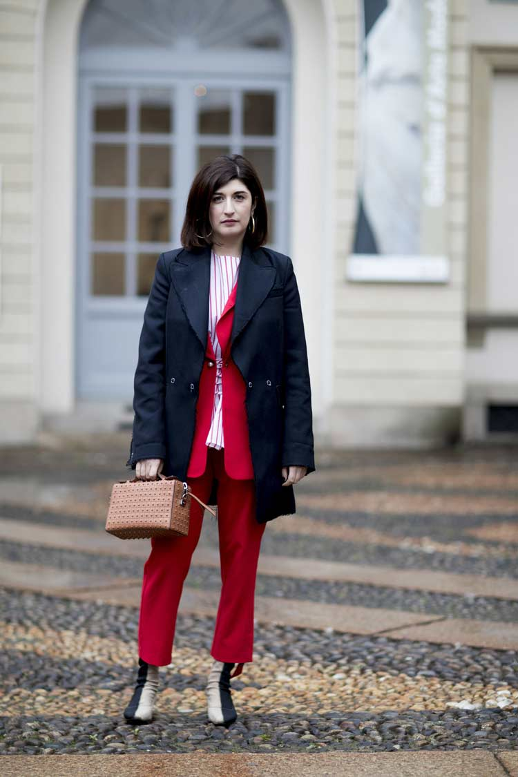 terno-vermelho-camisa-listrada-e-casaco-azul-marinho