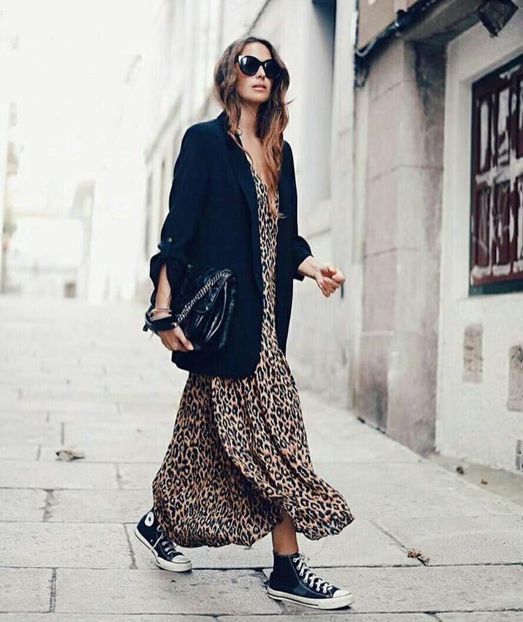 vestido-longo-onça-e-blazer-preto-all-star