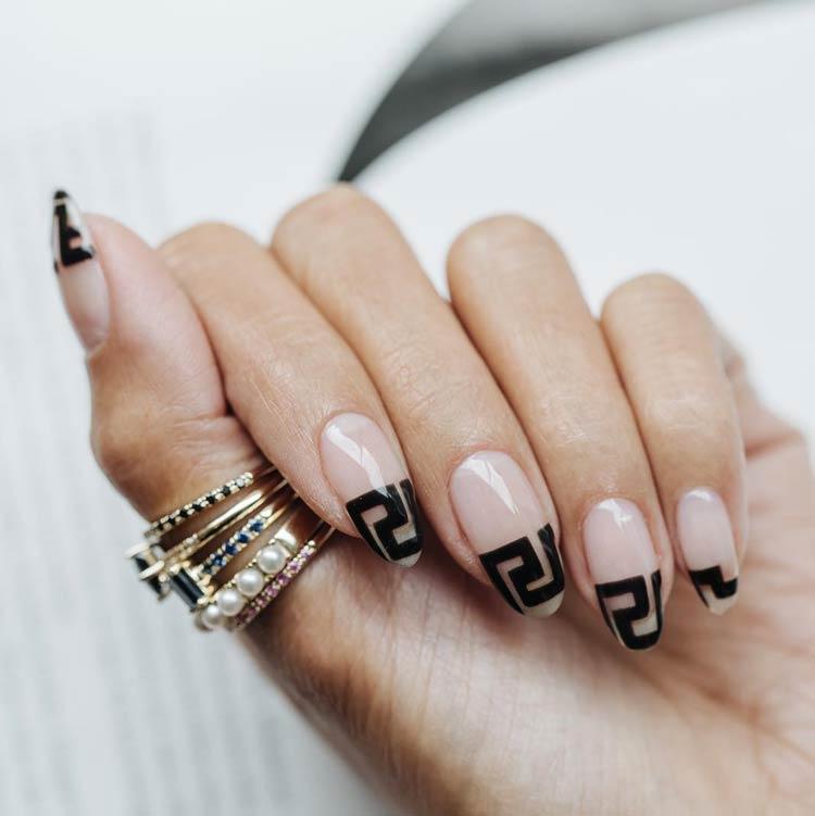 tendencia-logos-nas-unhas-Givenchy