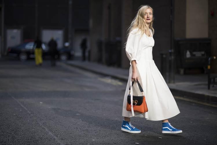 vestido-branco-tenis-vans-azul