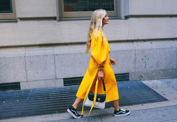 vestido-de-festa-amarelo-e-tênis-vans