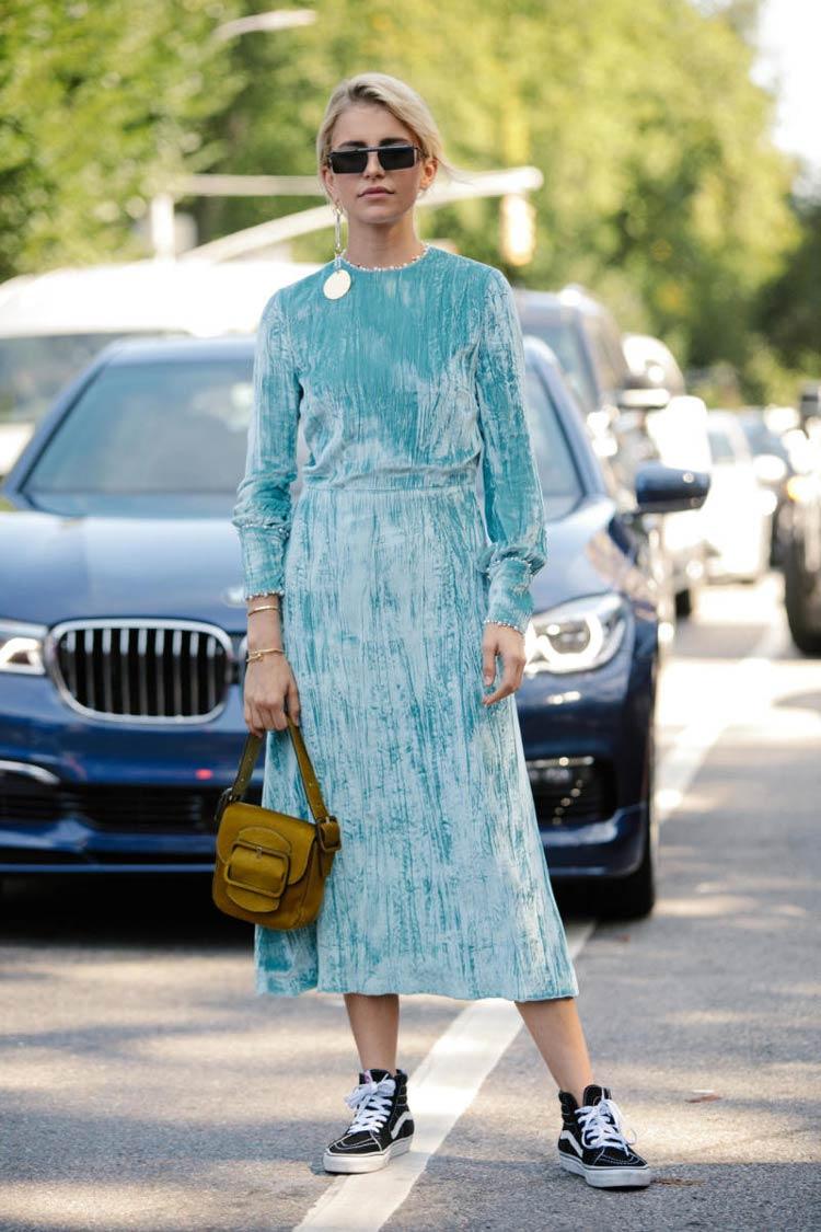 vestido-de-festa-azul-claro-e-tênis
