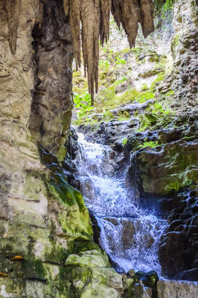 A-caverna-Buttes-Chaumont