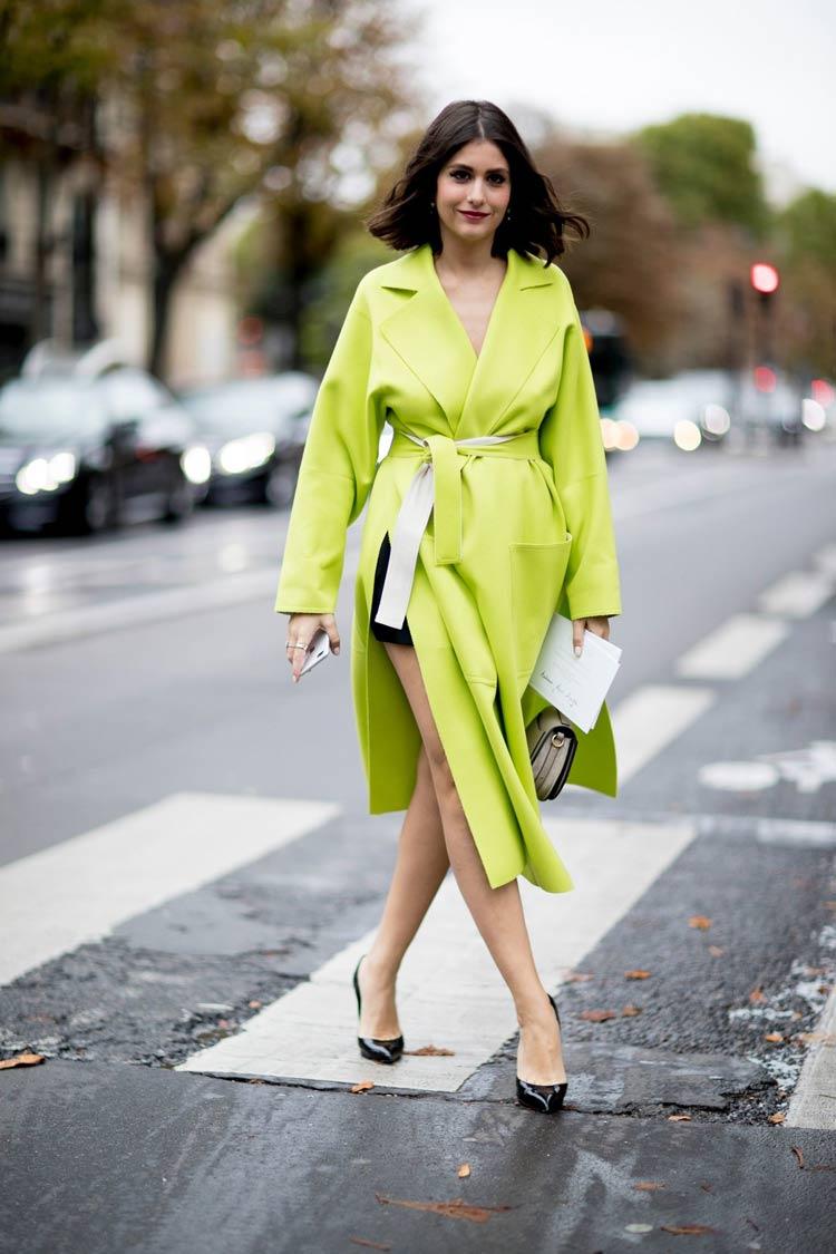 Cores-das-roupas-para-cabelos-castanhos-casaco-neon