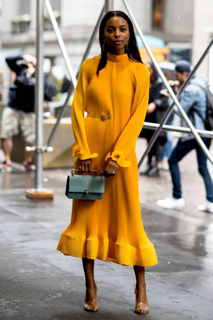 Cores-das-roupas-para-cabelos-castanhos-vestido-amarelo-vibrante