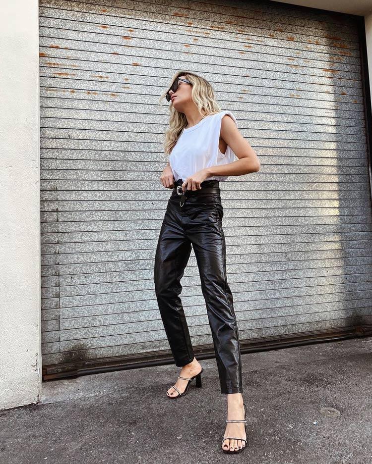 camiseta-branca-com-ombreira-calca-de-couro-preta-looks-basicos