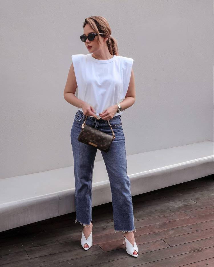 camiseta-branca-com-ombreira-calca-jeans-looks-basicos