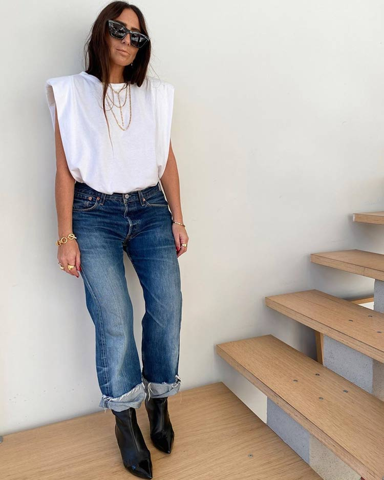 camiseta-com-ombreira-calca-jeans-looks