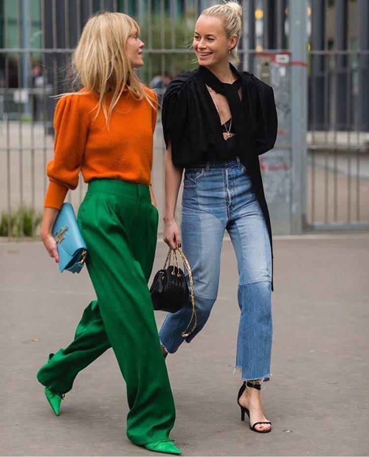 look-colorido-como-combinar-cores-blusa-laranja-calca-verde-sapato-bico-fino-verde