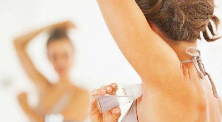 mulher-aplicando-desodorante-na-axila
