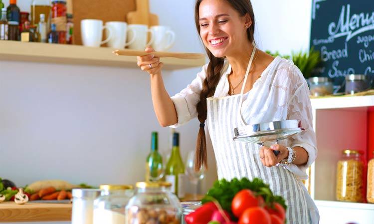 mulher-cozinhando-em-casa