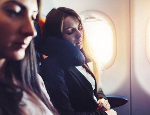 mulher-dormindo-aviao
