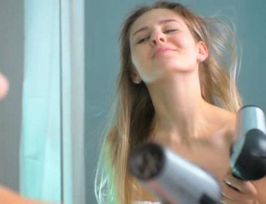 mulher-secando-os-cabelos
