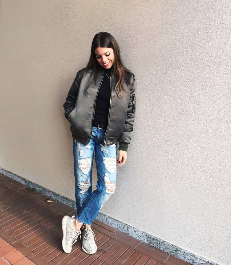 Calca-jeans-rasgada-tenis-yeezy-jaqueta-de-couro-preta