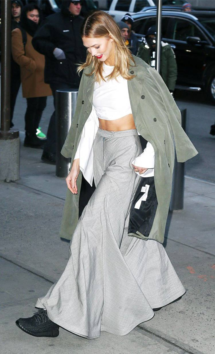 calca-cinza-perna-larga-top-branco-casaco-verde-oliva-tenis-yeezy