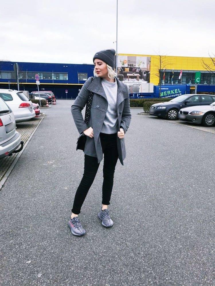 casaco-cinza-calca-preta-yeezy-cinza
