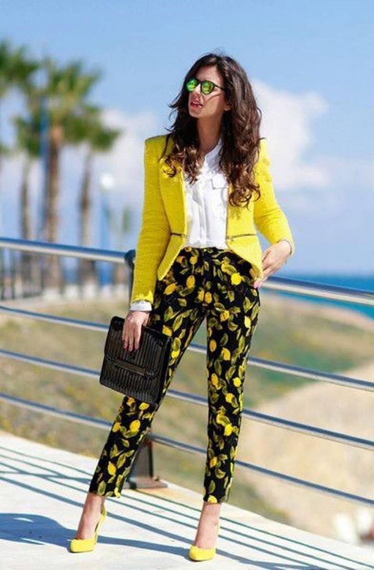 look-calca-estampa-limao-tendencia-blazer-amarelo
