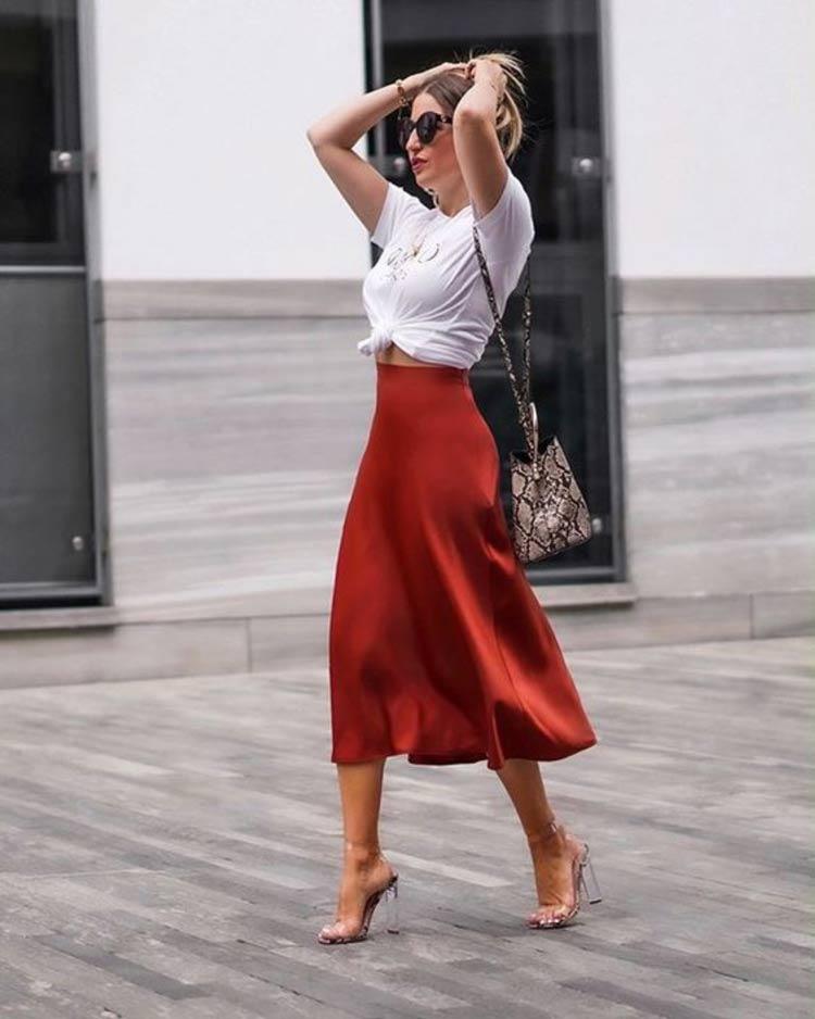 saia-de-cetim-vermelha-camiseta-branca
