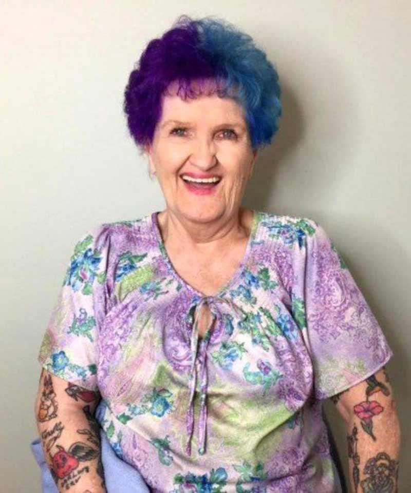 avos-com-cabelo-coloridos-e-tatuagem