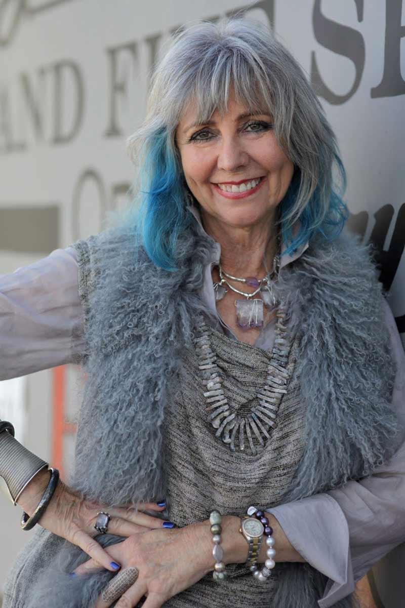 cabelo-grisalho-e-azul-avos-com-cabelos-coloridos