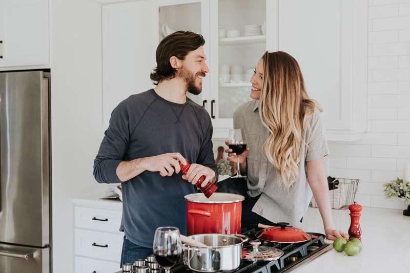 casal-cozinhando-junto