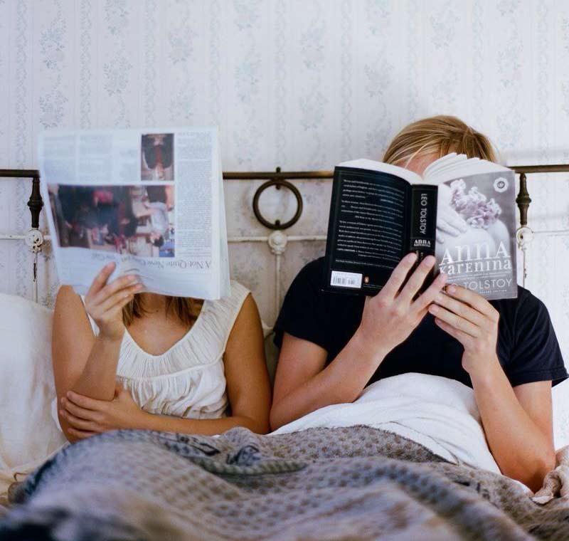 casal-na-cama-lendo