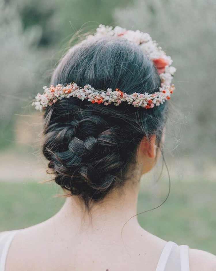 coroa-de-flores-com-coque-casamento-boho-noivas