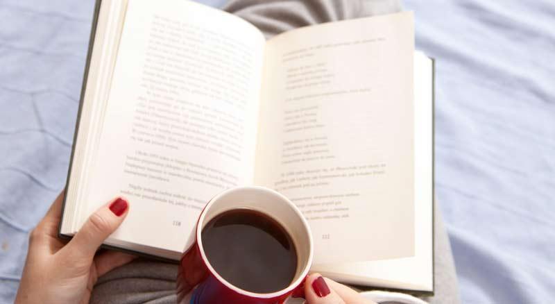 ler-um-livro-em-casa