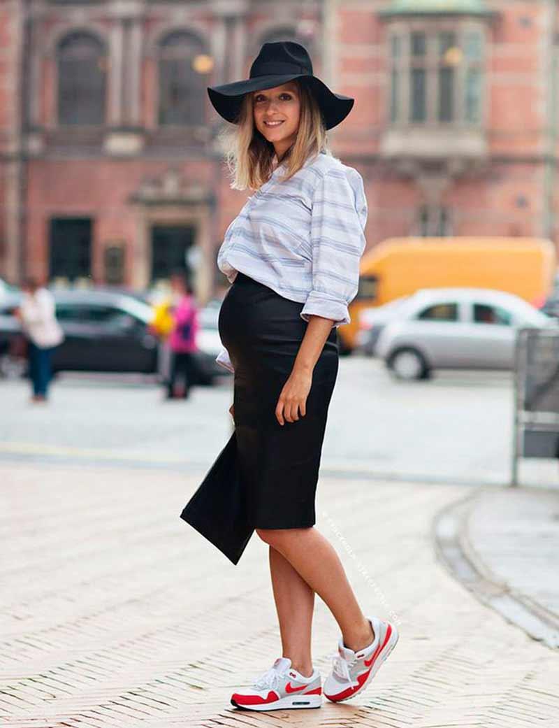 look-gravidas-estilosa-vestido-preto-camisa-amarrada-na-cintura-tenis