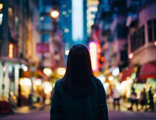 mulher-andando-sozinha