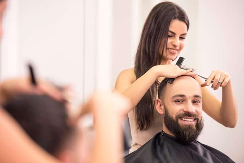 mulher-cortando-cabelo-de-homem