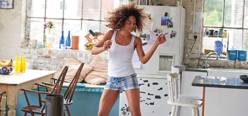 mulher-dancando-em-casa