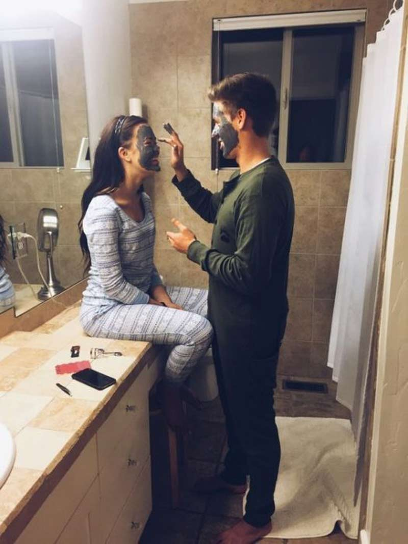 casal-fazendo-skincare-em-casa-com-mascara-no-rosto