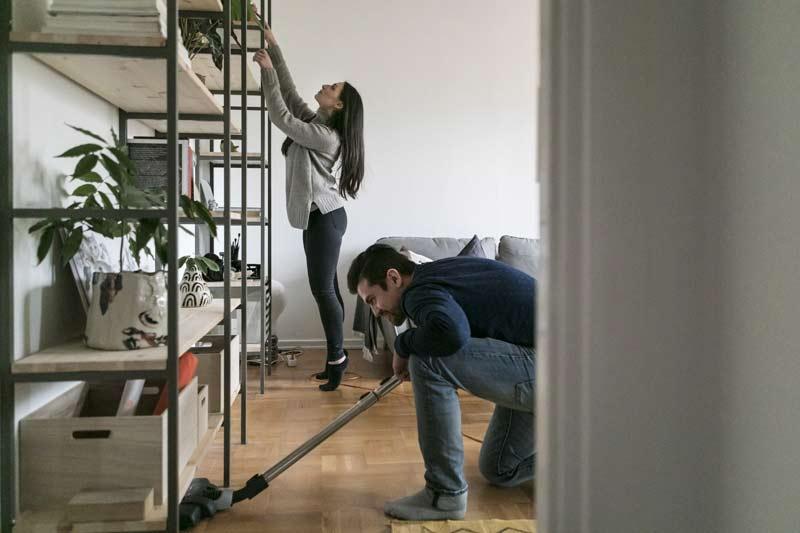 casal-organizando-a-casa