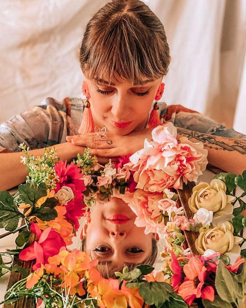 como-fazer-fotos-instagramaveis-em-casa-com-espelho-e-flores-tumblr-deisi-remus