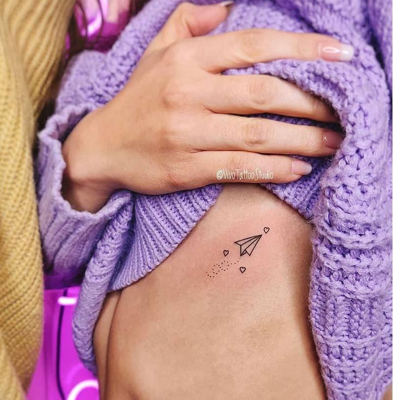 tatuagem-aviao-nas-costelas