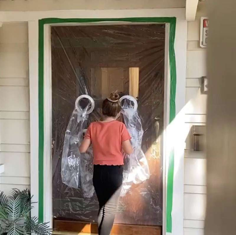 menina-tem-criativa-ideia-de-fazer-uma-cortina-adaptada-para-abracar-os-avos-na-quarentena