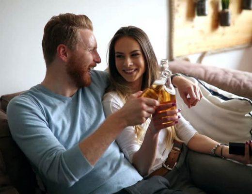 casal-bebendo-junto