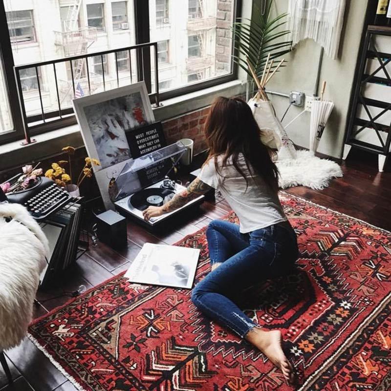 mulher-com-casa-ouvindo-musica