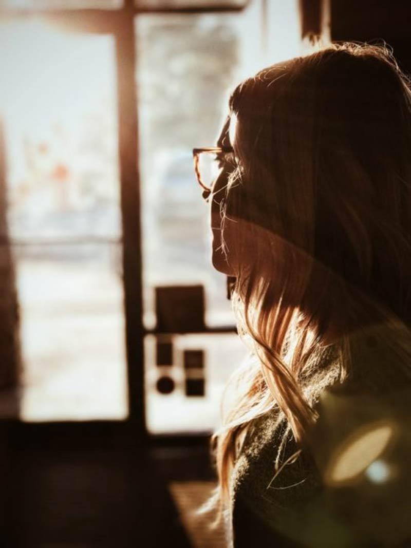 mulher-olhando-pela-janela