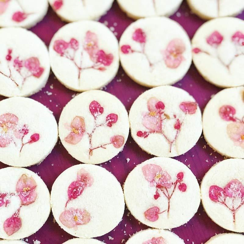 biscoito-amanteigado-com-flores-comestiveis-fotos