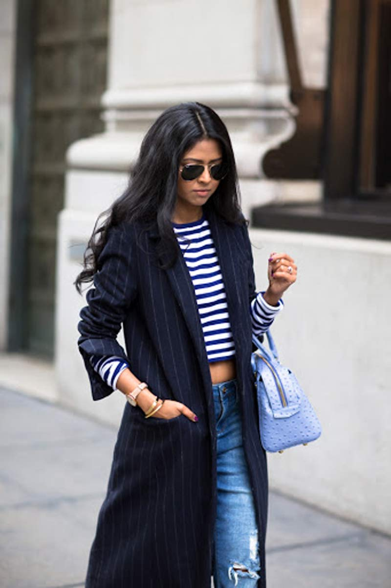 blazer-alongado-risca-de-giz-blusa-cropped-listrada-e-calca-jeans